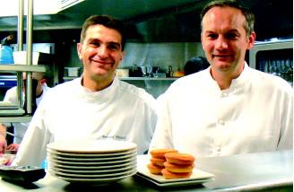 ברנארד פינו, עם החיוך הטיפוסי משמאל, לצדו של השף כריסטיאן לסקר.